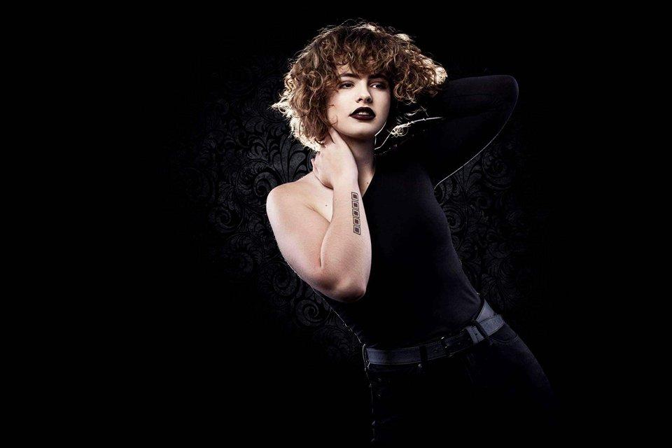 Mae Challis Acoustic Rock Singer